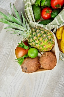 Плоская раскладка экологически чистых продуктовых пакетов из хлопка с органическими фруктами и овощами