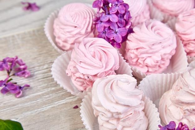 ライラック色の花の近くのブラックカラントからバイオレットの甘い自家製マシュマロ