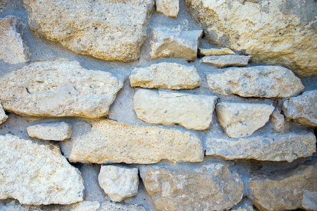 欠けた石の壁の断片。