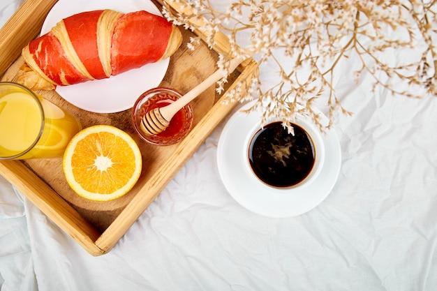 Доброе утро. континентальный завтрак на белых простынях.