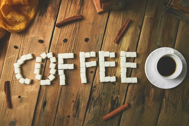 シンボリックイメージ。キューブシュガーのテキスト。コーヒーに署名します。