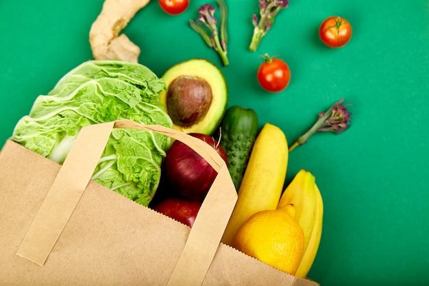 Бакалейная концепция. полный бумажный пакет с разными фруктами