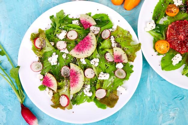 Смешайте салаты. вегетарианец, вегетарианец, чистое питание, диеты, концепция питания.