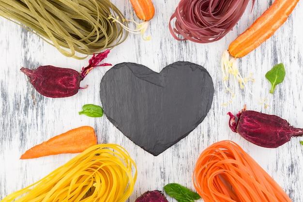 色の生野菜ベジタリアンパスタ。