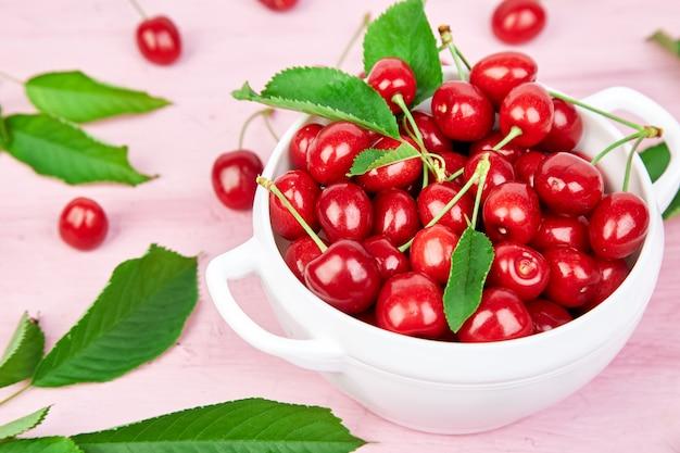 熟した桜の果実と桜の葉のカラフルな明るいパターン