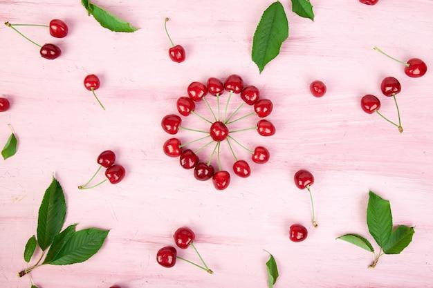 熟した桜の果実と桜の葉