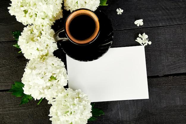 Чашка кофе с букетом гортензий