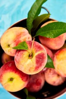 Спелые персики в миске