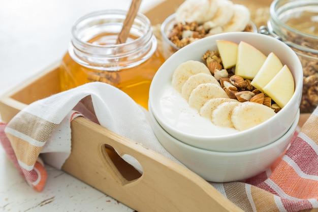 バナナのリンゴとアーモンドの秋のグラノーラ