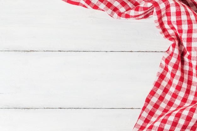 Пустой деревянный стол и ткань красная салфетка