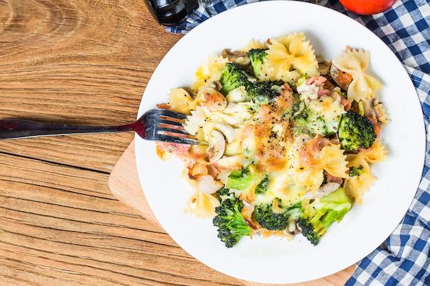 Спагетти из бекона, грибы и макаронные изделия