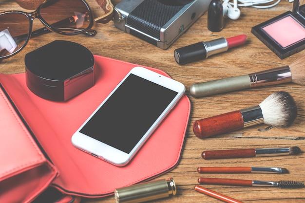 十代の少女、化粧品、アクセサリー、メイク、スマートフォン、バッグ、旅行準備ができている帽子の機器ツアー。