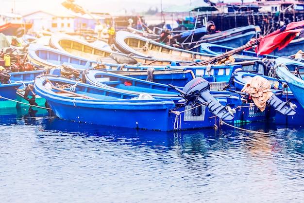 大きな漁船はボートやトロールでいっぱいです。アジア。