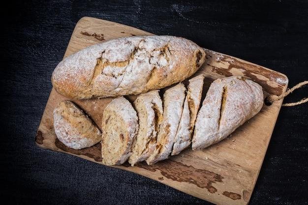 木製のテーブルに焼きたての伝統的なパンオートミールパン