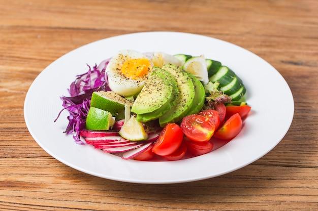 Салат из смешанного шеф-повара. салат из смешанного шеф-повара. авокадо
