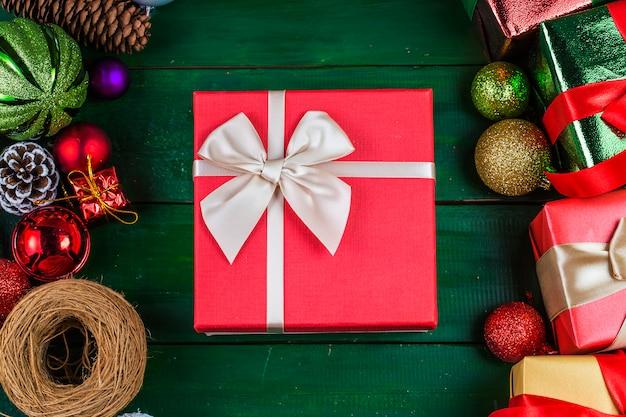 Рождественский фон с украшениями и подарочные коробки на деревянной доске