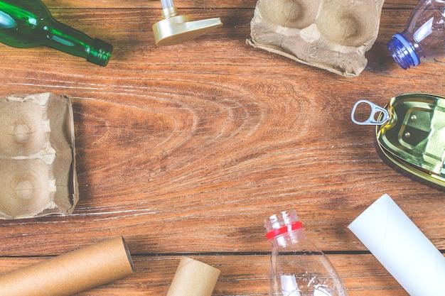 Рециркуляция отходов экологический символ с вывозом мусора на деревянный стол фон вид сверху