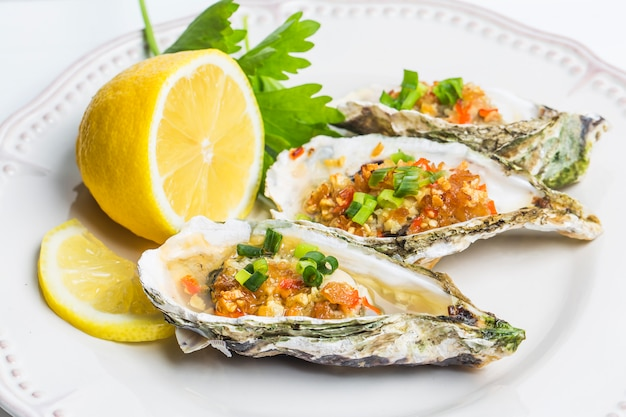 食品詰め牡蠣とレモンと唐辛子