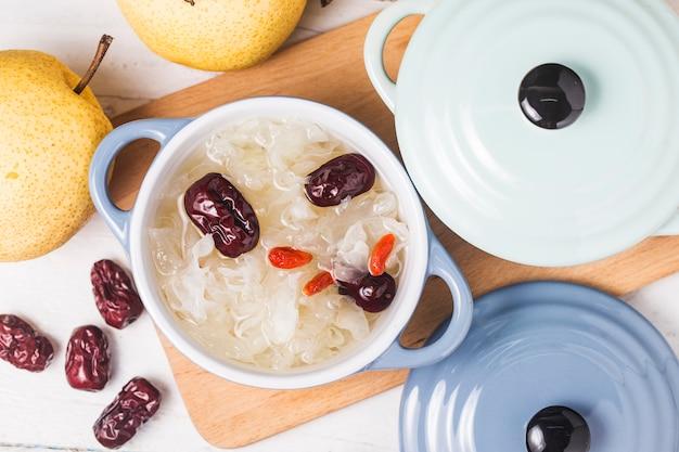雪の真菌と梨の甘いスープのデザート中国の健康