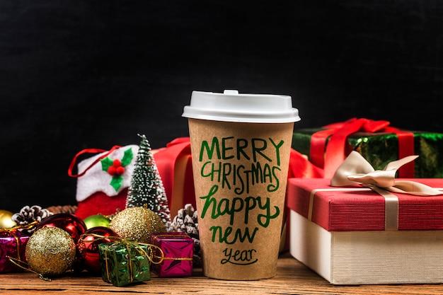 Кофе и рождественские подарки на деревянном столе.