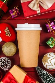Кофе и рождественские подарки на деревянный стол.