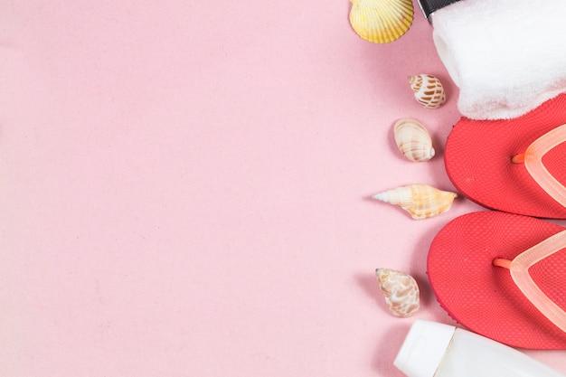 夏の休日の背景、ピンクの背景のカメラと旅行の概念