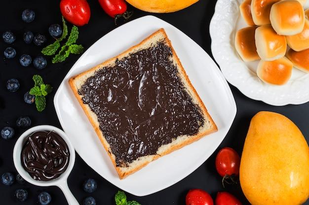 フルーツとパン、ボリュームたっぷりの朝食チョコレートソースパン