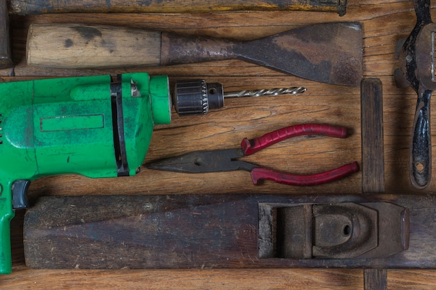 Коллекция старинных деревообрабатывающих инструментов на грубом верстаке и в пустом пространстве: столярные изделия, мастерство и концепция ручной работы,