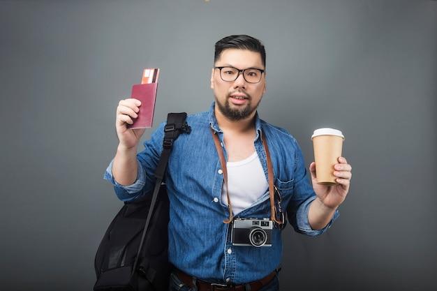中年の男性が旅行用のカバンと用具を持っています。