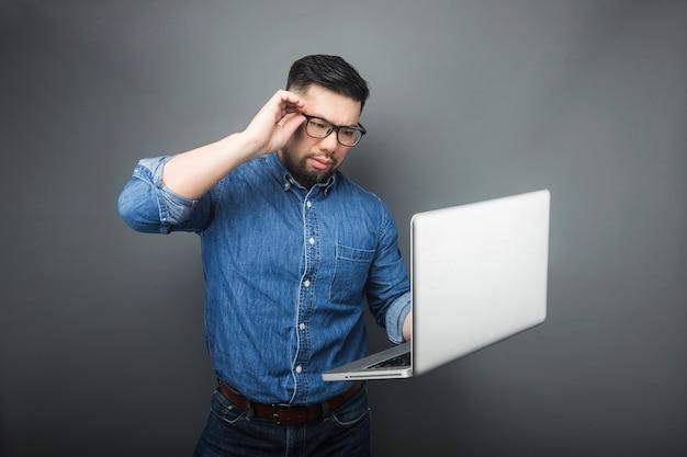 ある男が驚いてコンピューターを見ました。