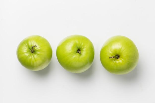 Вид сверху три свежих яблок
