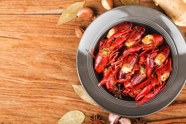 ザリガニ。素朴なスタイル、ロブスターのクローズアップのテーブルの上の赤いゆでザリガニ。