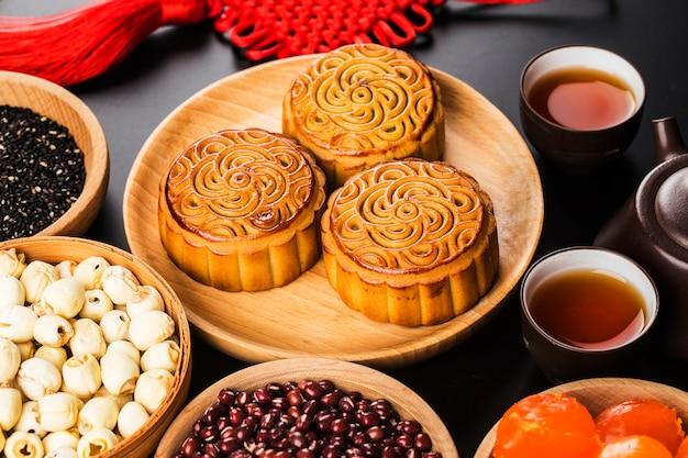 ティーカップとテーブルセッティングの伝統的な月餅。