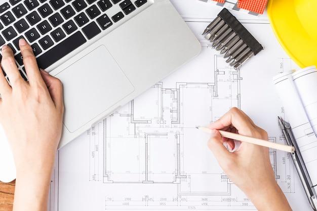建設図面と付属品、紙の上の建設プロジェクトによる建設計画。建築の概念、
