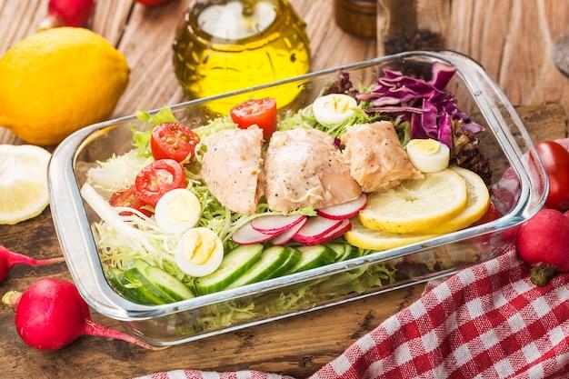 鶏の胸肉と新鮮なサラダ