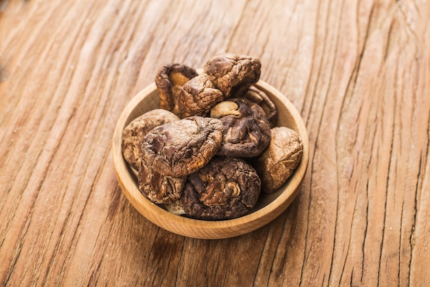 Сушеные грибы шиитаке на деревянный стол