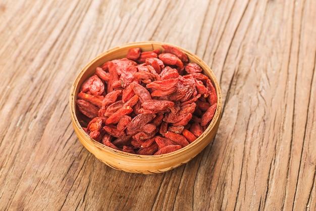 ボウル木製テーブルの上のクコのドライフルーツ