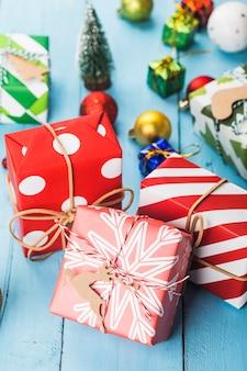 Новогодние подарочные коробки, подготовка к праздникам. вид сверху
