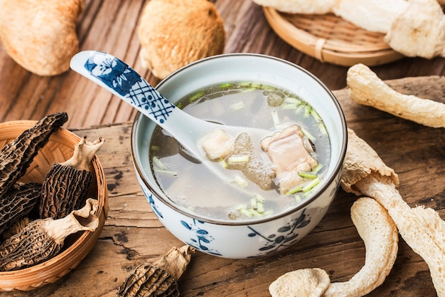Китайская еда в китайском супе с морским гребешком и бамбуковым грибом