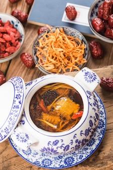 冬虫夏草の花豚骨スープ