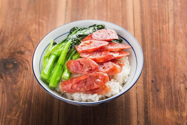 Жареный рис с колбасой китайской кухни