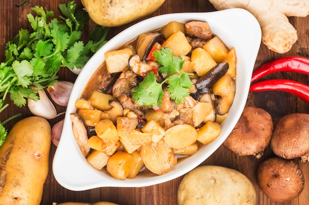 Тушеная курица с картофелем и грибами