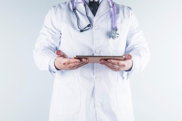 Врач смотрит на отчет пациента