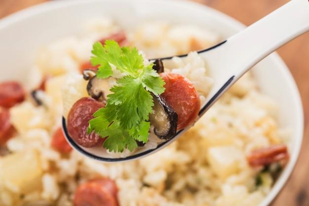 Китайская еда, китайский шиитаке и рис с колбасой