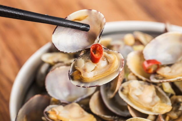 Жареные моллюски с жареной пастой чили