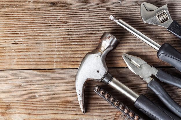 多くの木の板のためのツール。