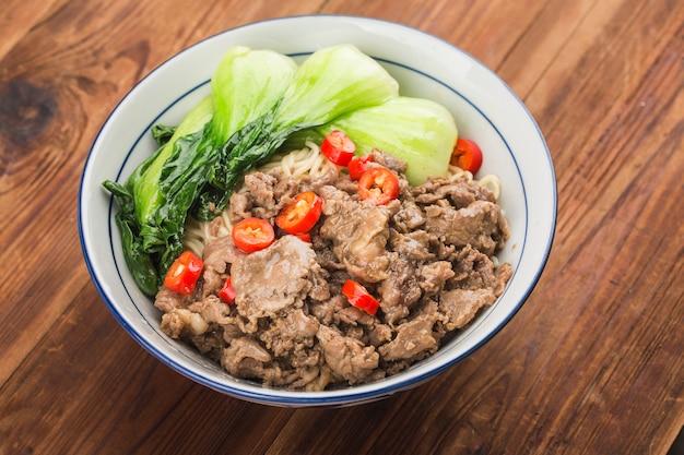 Китайская кухня: миска с лапшой из говядины