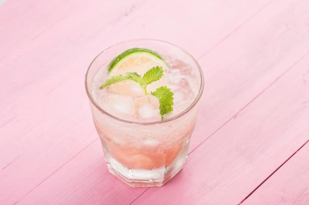Летний холодный алкогольный напиток, ледяной персиковый коктейль беллини с листьями мяты
