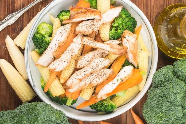 Куриная грудка со свежим салатом. здоровое меню на обед. диетическое питание.