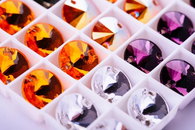 Многогранный драгоценный кристалл ювелирных материалов